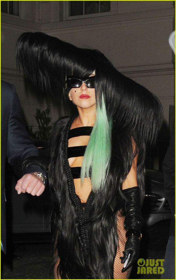 Lady Gaga tiene pelos en el pecho?